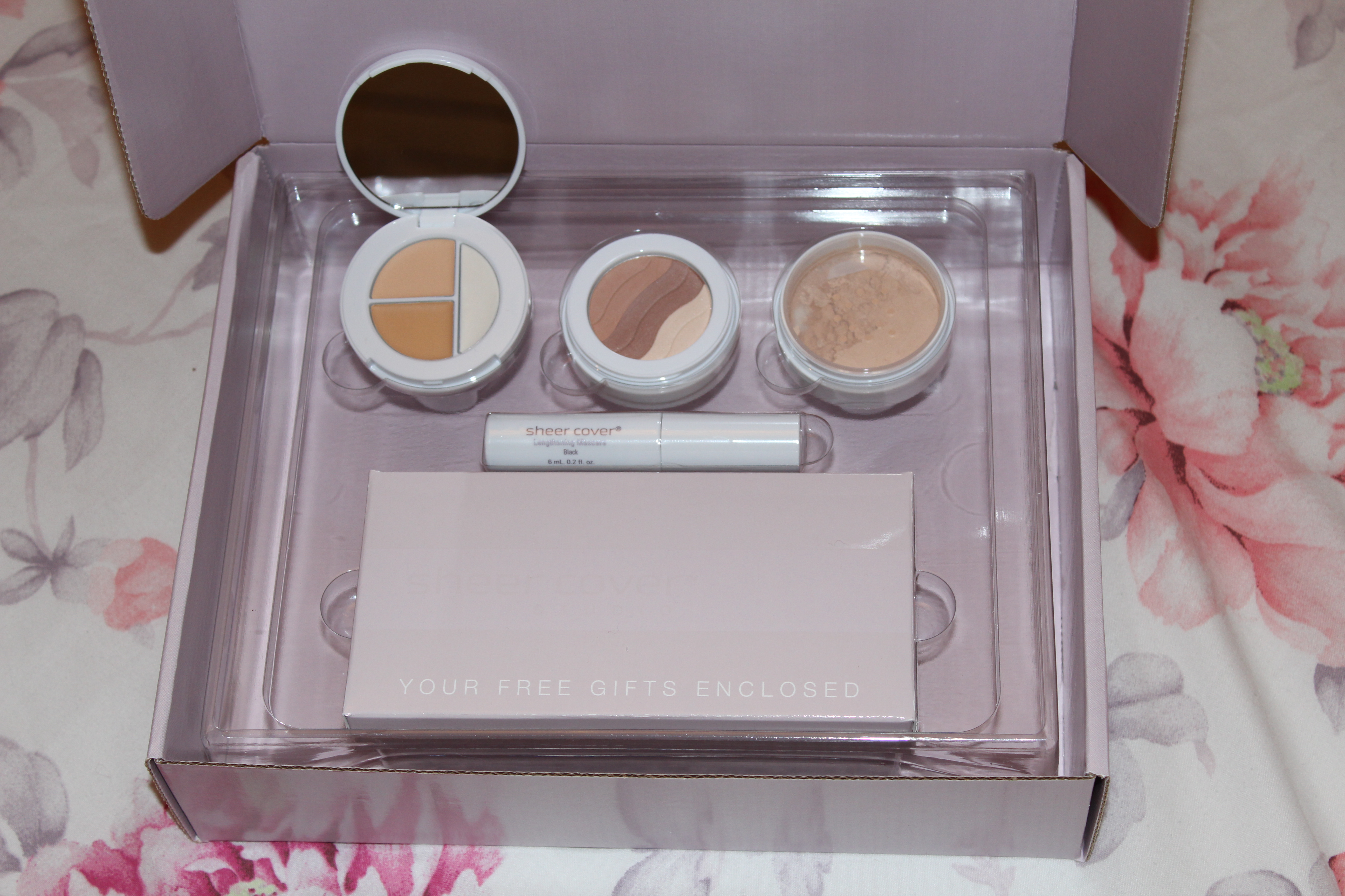 Today i didnt fancy wearing a lot of makeup so thought it would be the perfect time to try this mineral makeup introductory kit from sheer cover